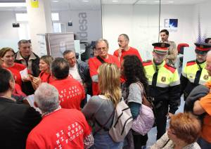 Ocupan una oficina de endesa contra los cortes de luz a for Oficinas western union barcelona