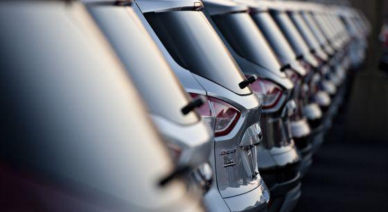 Una fila de vehículos en una factoría de Ford.