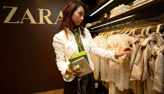 Una clienta observa las prendas de una tienda de Zara en Shanghai.