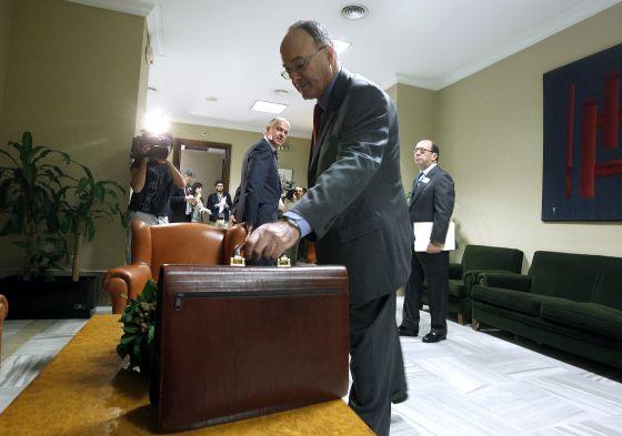 Linde, Gobernador del Banco de España, a su llegada a la comisión de Economía del Congreso para intervenir ante los diputados, en octubre de 2012.