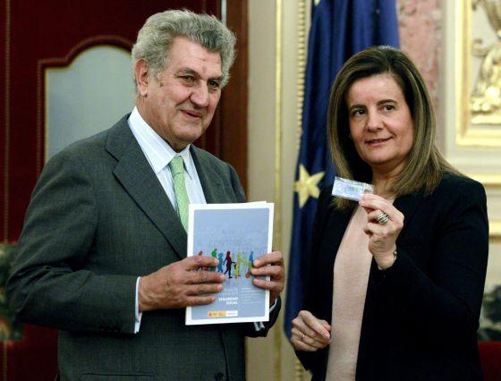 La ministra de Empleo y Seguridad Social, Fátima Báñez, entrega al presidente del Congreso, Jesús María Posada Moreno, el informe anual del Fondo de Reserva.
