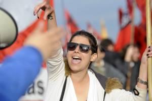 """Manifestantes protestan en Buenos Aires (Argentina). El país amaneció hoy paralizado por la huelga general convocada por los sindicatos opositores al Gobierno de Cristina Fernández, un paro que el Ejecutivo considera """"forzado"""" por la falta de transportes y la fuerte presencia de piquetes en todo el país."""