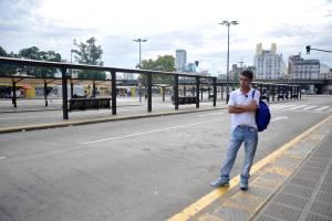 Un hombre aguarda en una parada de autobús hoy, jueves 10 de abril de 2014, en Constitución, Buenos Aires (Argentina).