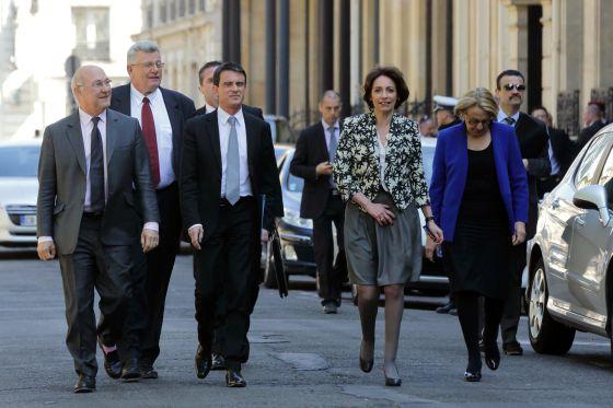 Valls, tercero por la izquierda, junto a los miembros de su gabinete tras el consejo de ministros.