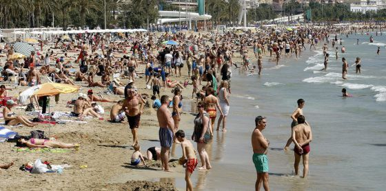 Playa del Postiguet de Alicante, el Domingo de Ramos.