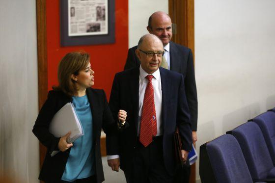 Santamaria habla con Montoro, tras el Consejo.