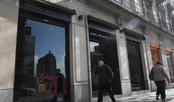 Adolfo dom nguez sufre su cuarto a o de p rdidas y reduce for Tiendas adolfo dominguez valencia