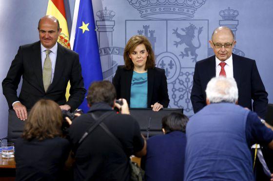 Guindos, Santamaría y Montoro posan ante los medios gráficos antes de la rueda de prensa posterior al Consejo de Ministros.