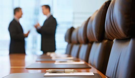 Dos directivos antes de una reunión.