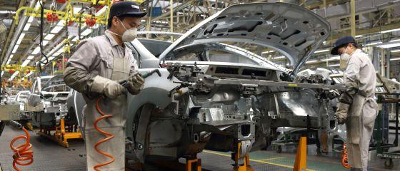 Trabajadores en una fábrica de coches en China