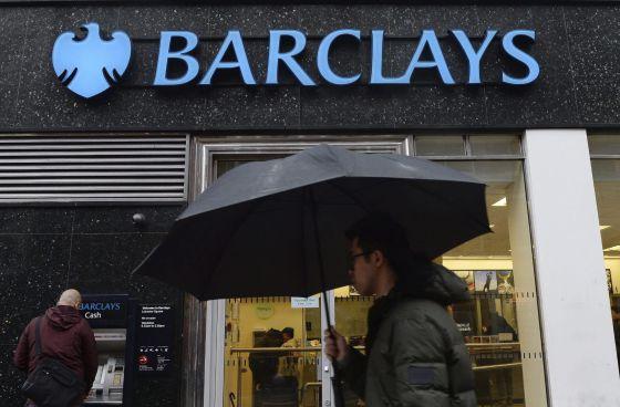 Un hombre pasa por delante de una sucursal en Londres.