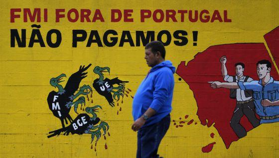 Pintadas en Lisboa contra las políticas de la troika. / Hugo Correia (Reuters)