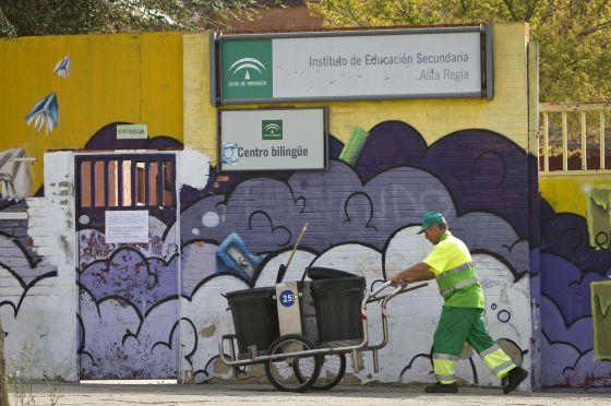 Un trabajador de la limpieza pasa por un instituto de Jerez.