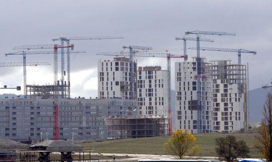 En la imagen, varias viviendas en construcción.