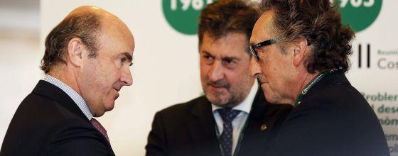 El ministro de Economía, Luis de Guindos, junto al presidente de Hotusa, Amancio López (c) y el vicepresidente del Círculo de Economía, Artur Carulla