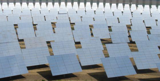 Paneles fotovoltaicos de una planta de energía solar en Sevilla.