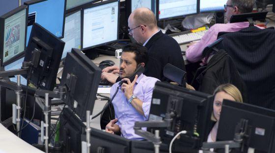 Varias personas trabajan en el índice selectivo alemán DAX