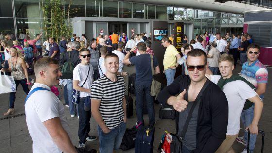 Un grupo de turistas rusos salen de la zona de llegadas del aeropuerto de Málaga en julio del año pasado