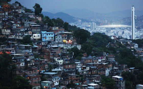 Viviendas en Rio de Janeiro (Brasil), y al fondo el estadio de Maracaná