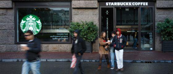 Varias personas salen de un Starbucks, en Ámsterdam.