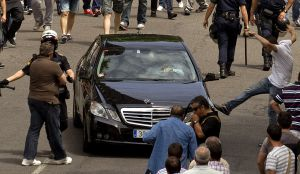 Un manifestante golpea un vehículo en la manifestación de Madrid.