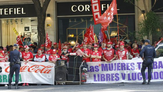 Trabajadores de Coca-Cola se concentran ante la Audiencia Nacional / EFE