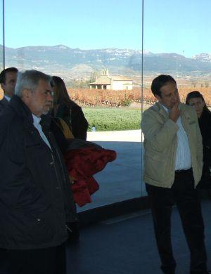Antonio Beteta y Pedro Barato, en una visita a una bodega en La Rioja en 2010 durante una junta directiva de Fremap.