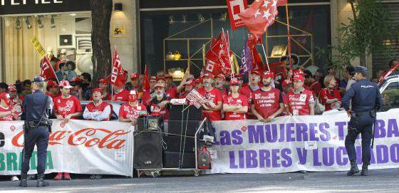 Trabajadores de Coca-Cola se concentran ante la Audiencia Nacional.