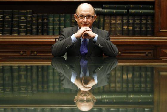 Montoro posa  en su despacho del Ministerio de Hacienda, en Madrid.