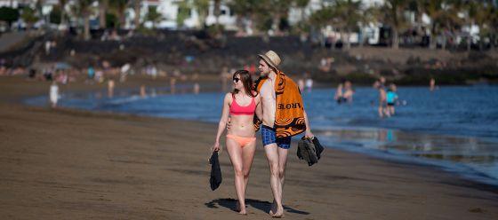 Turistas en Playa del Carmen, en Lanzarote.