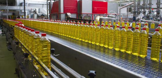 Planta embotelladora de aceite de Ybarra, en Sevilla.