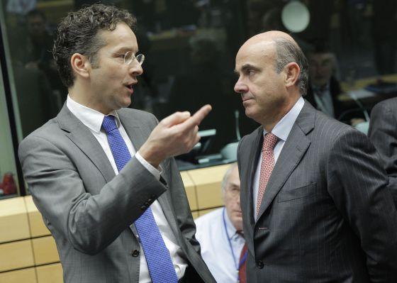 El presidente del Eurogrupo, Jeroen Dijsselbloem, con el ministro de Economía, Luis de Guindos, en diciembre de 2013.