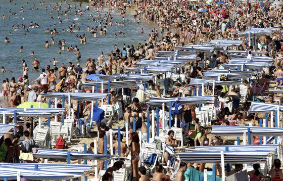 Cientos de personas en la playa de La Concha de San Sebastián.