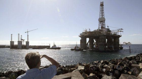 La plataforma GSF Arctic I pasa junto al parque marítimo César Manrique.