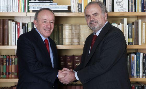 El presidente de honor del grupo PRISA, Ignacio Polanco, a la derecha, saluda al empresario mexicano Roberto Alcántara.