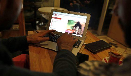 Un ciudadano navega en su ordenador por la página de Youtube.