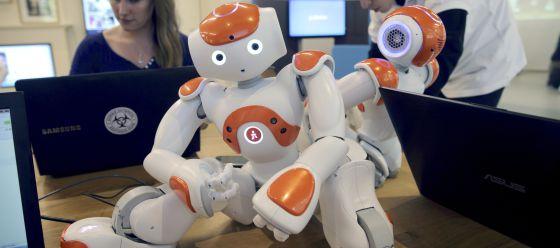 Un robot humanoide en el taller de la empresa francesa Aldebaran Robots.
