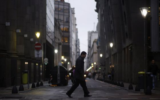 Un hombre camina por el distrito financiero en Buenos Aires