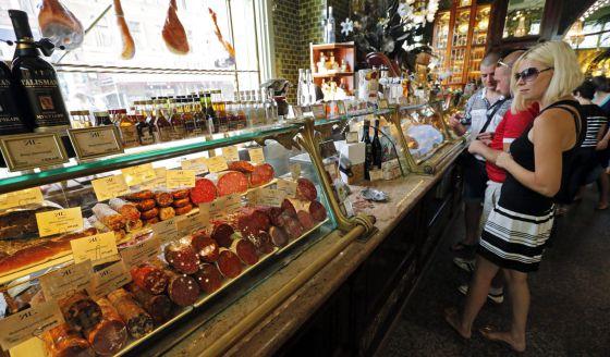 Vitrina con embutido un supermercado de San Petersburgo.
