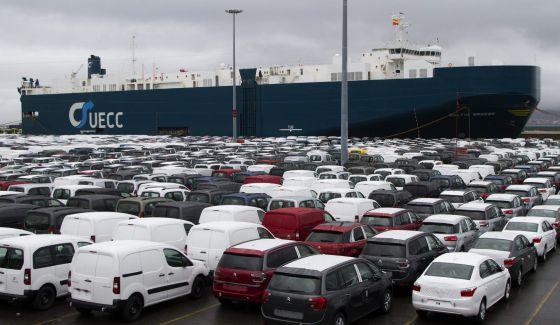 Un buque en el muelle de carga de vehículos de Bouzas, en Vigo.