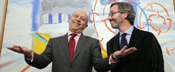 El ministro de Cultura junto a su secretario de Estado en una exposición.
