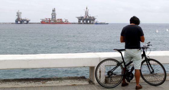 Dos plataformas y un barco plataforma atracados hoy en el muelle Reina Sofía de Las Palmas de Gran Canaria