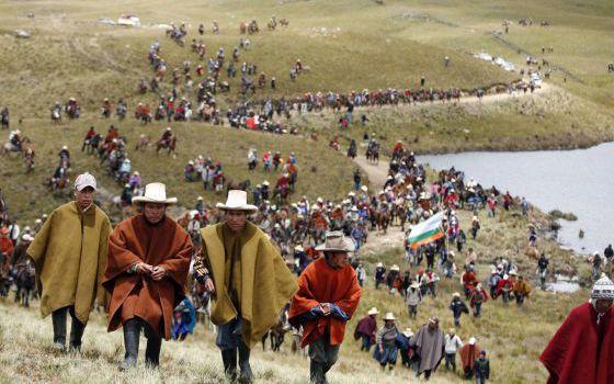 Un grupo de pobladores protestas contra el proyecto Conga.