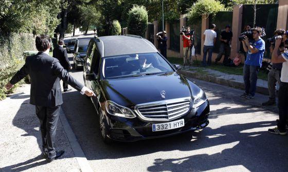 Llegada de dos coches fúnebres a la casa del banquero Emilio Botín.