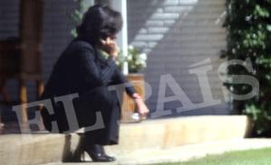 Ana Botín habal por teléfono, este miércoles en el jardín familiar tras la muerte de su padre.