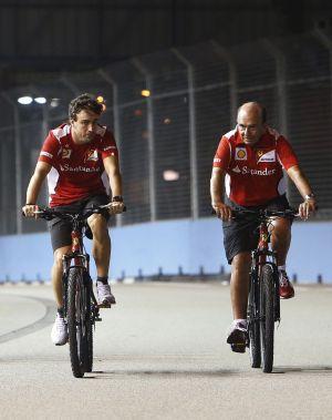 Fernando Alonso y Emilio Botín, recorriendo en bici el circuito de Singapur.
