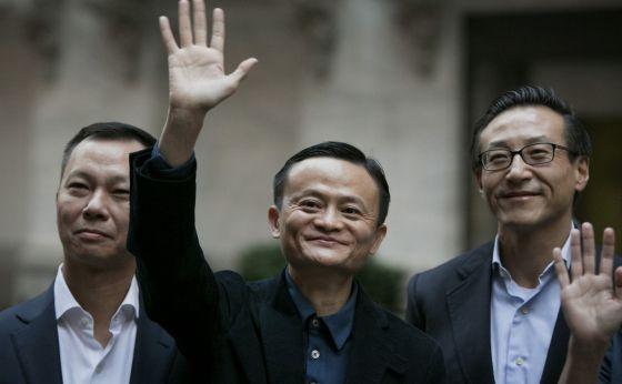 El fundador de Alibaba, Jack Ma (centro), junto a otros ejecutivos a la puerta de  la Bolsa de Nueva York.