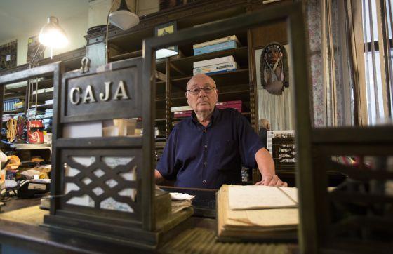 El Indio abrió en la calle del Carme de Barcelona en 1870. Víctor Riera, su gerente (en la foto), tiene previsto el cierre el 31 de diciembre. Ha intentado negociar con la propiedad sin éxito. Riera reconoce que el negocio ya renqueaba y él, con 70 años, tiene que jubilarse tarde o temprano.