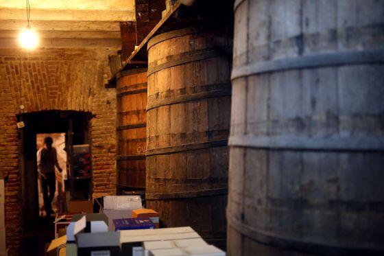 La licorería Mariano Madrueño fue fundada en 1895 en la calle Postigo de San Martín. Su gerente, Alberto Morán (en la foto, al fondo), planea convertir en un museo la tienda para incrementar los ingresos, pero teme invertir sin tener claro el futuro. Ahora paga menos de 1.000 euros y en la zona se pide por un local similar 10.000.