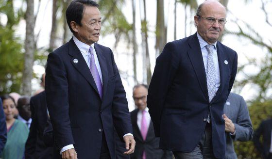 Guindos, con le ministro japonés de Economía, Taro Aso.